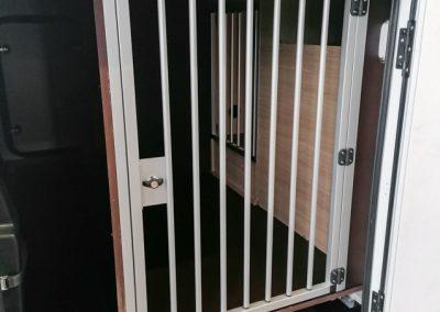 Geräumige Hundebox mit zwei verbauten Gittertüren